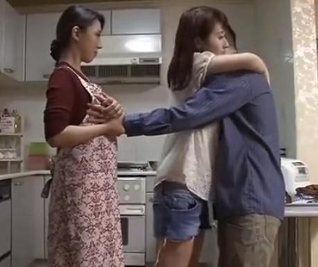 ♡僕…娘さんよりおお母さんの方がいいよ♡彼女と抱擁しながら母の胸を愛撫しちゃう…親子丼で母と娘マンコ味比べ