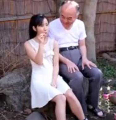 ♡変態お爺ちゃんの精子を美味しそうにゴックンしちゃう孫世代の少女♡飴玉の代わりは美味しいザーメンをお舐め♡