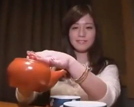 ♡普通の奥さん「お茶どうぞ…♡」コタツの中はチンポ欲しがる愛液トロトロおまんこ…イキ狂ちゃう生々しい清楚主婦