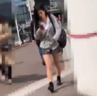 盗撮魔ストーカー「今日は歩きスマホのこの娘にしよう♡」もりマンのTバックが丸見え…レース汚パンツのミニスカ女子校生