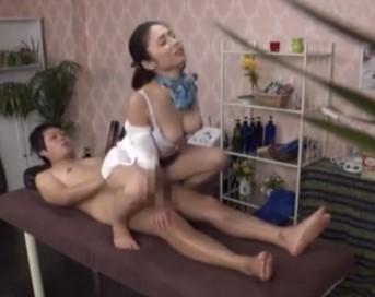 ♡マッサージ師の汚マンコのおかずは客の汚チンポ♡騎乗位で食べつくす淫乱熟女